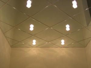 Фото: Зеркальный пластиковый потолок