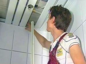 Фото: Крепление пластиковых панелей к потолку