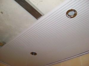 Фото: Монтаж навесных потолков из пластиковых панелей