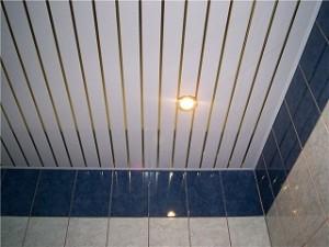 Фото: Потолок обшитый панелями ПВХ