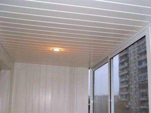 Фото: Потолок на балконе