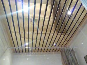 Фото: Реечный пластиковый потолок