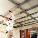 Фото: Установка каркаса для будущего навесного потолка