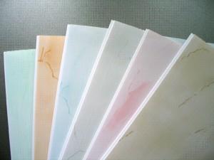 Фото: Виды пластиковых панелей на потолок