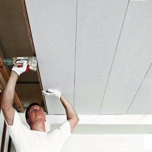 Фото: Установка ПВХ-панелей на потолок