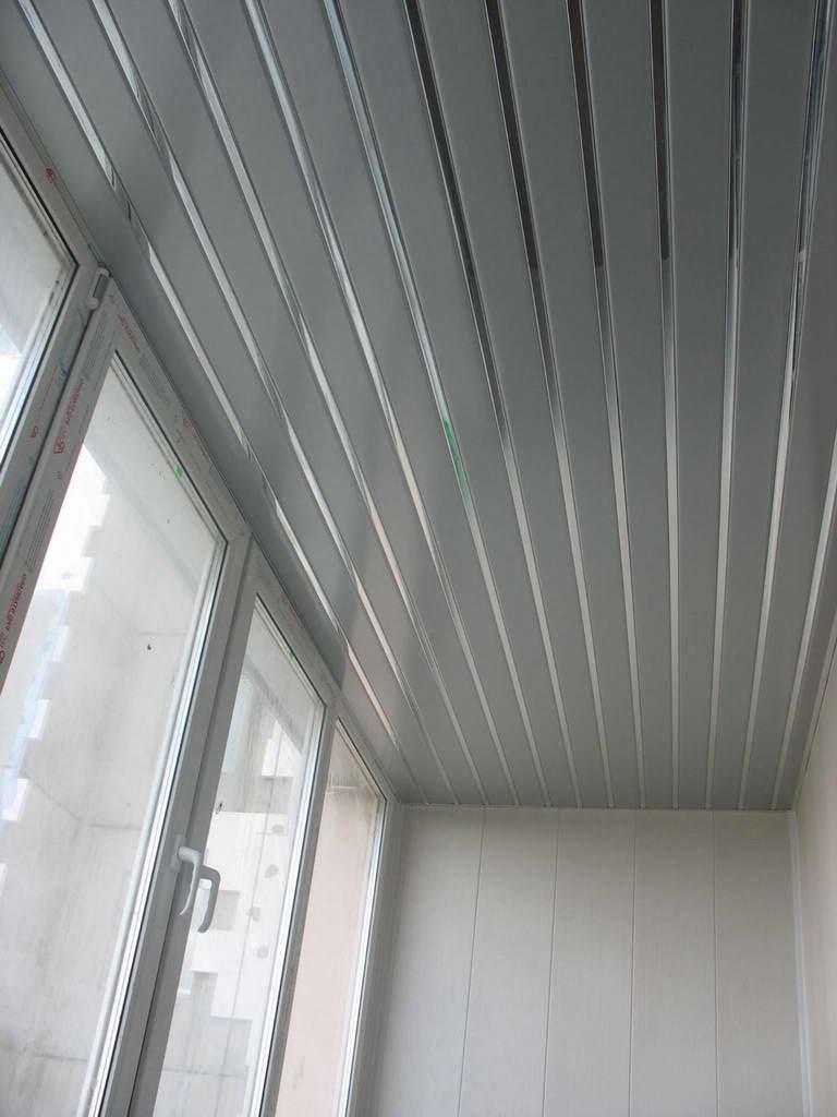 Потолок на балконе из пластиковых панелей - обшивка потолочн.