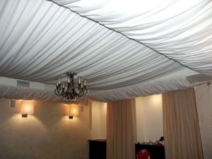 Фото: Драпировка потолка тканью