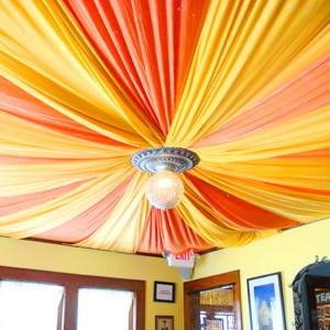 Фото: Яркий потолок
