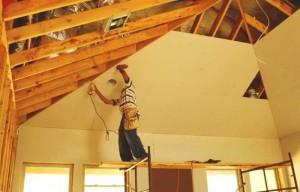 Фото: Крепление гипсокартона к деревянному потолку