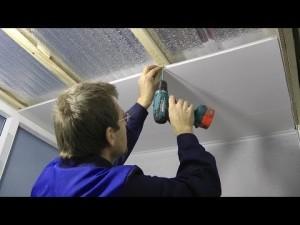 Фото: Монтаж панелей на потолок