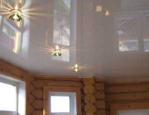 Натяжные потолки в деревянном доме — уютное помещение своими руками