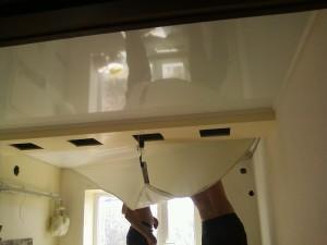 Демонтаж натяжного потолка — как правильно снять полотно своими руками?