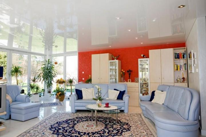 Белые глянцевые натяжные потолки — эффектный дизайн у вас дома