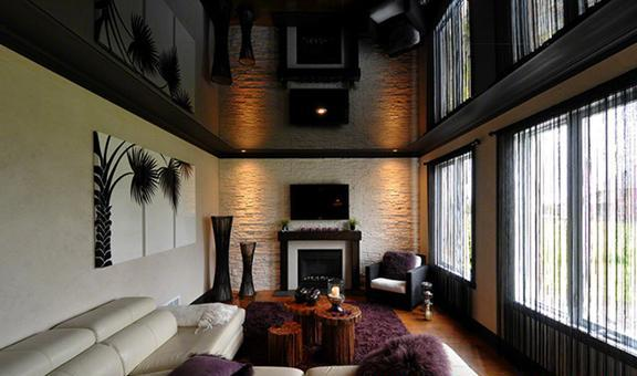 Фото: Стильный дизайн гостиной при помощи темного полотна