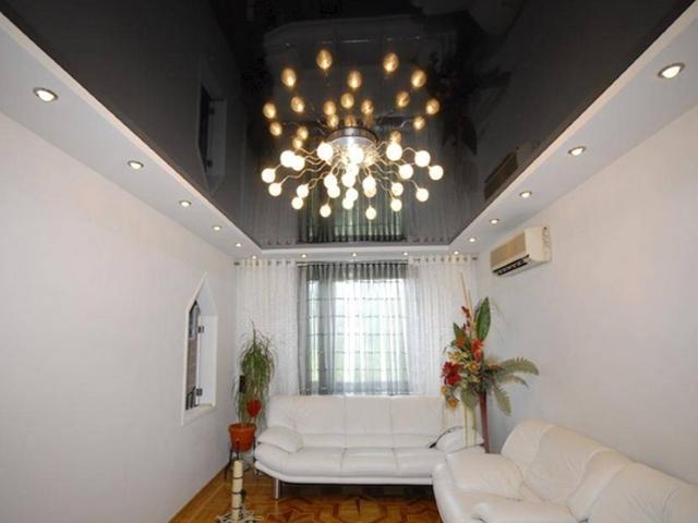 Черный натяжной потолок — изысканный интерьер в вашей комнате