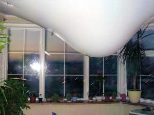 Слив воды с натяжного потолка — как слить жидкость с полотна своими руками?