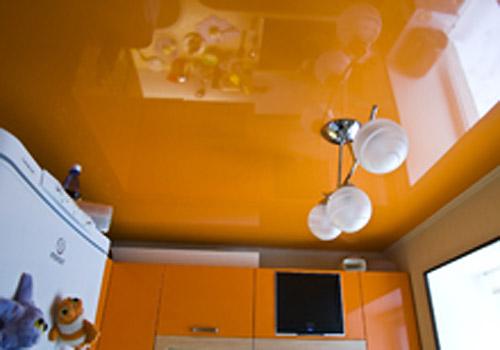 Фото: Цветной потолок
