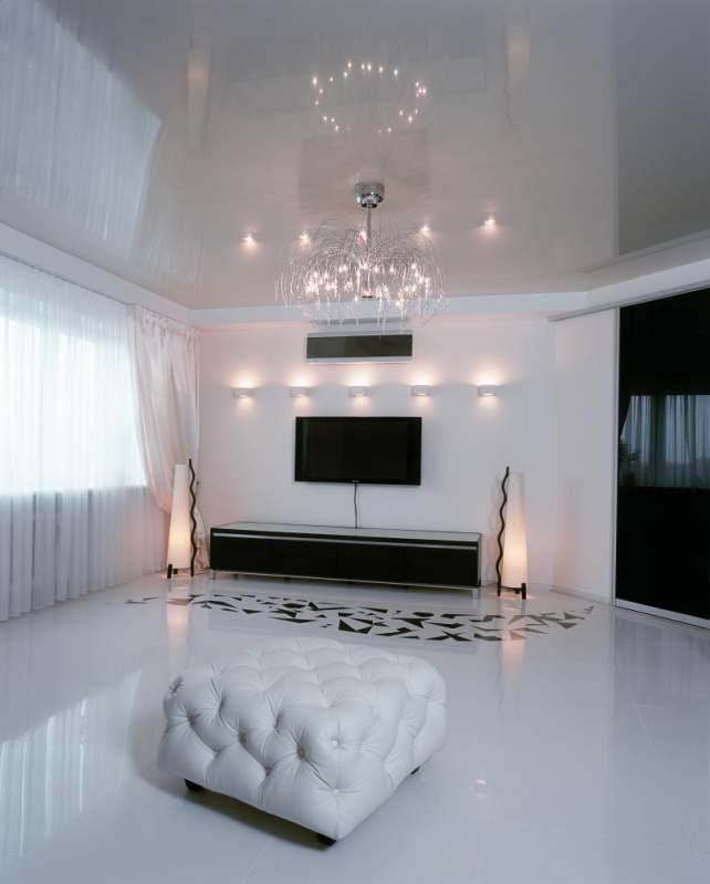 Фото: Белый глянцевый потолок – самый практичный из ныне существующих вариантов отделки потолка