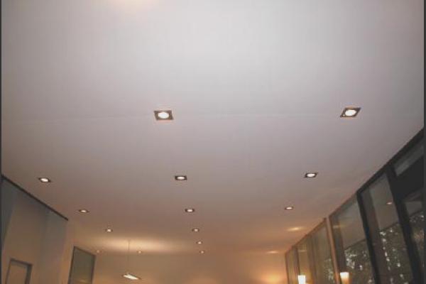 Натяжной потолок со швом — идеальное решение для больших помещений