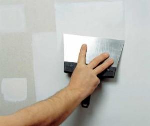 Фото: Замазка трещин в гипсокартонном потолке