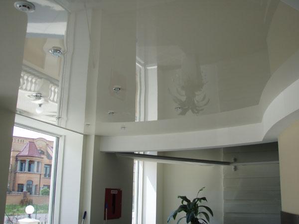 Как выглядит натяжной потолок — интересный дизайн поверхности
