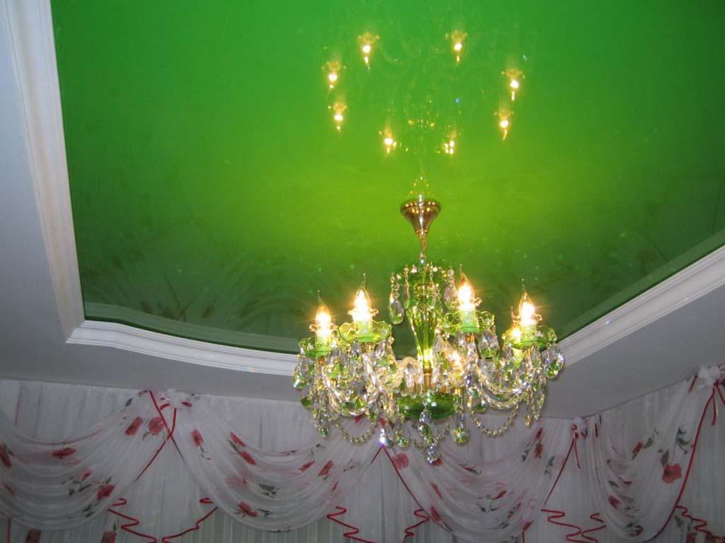 Зеленые натяжные потолки — создание благотворной атмосферы в доме