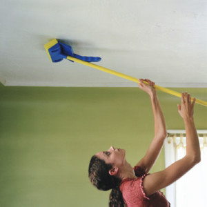 Как чистить натяжные потолки?