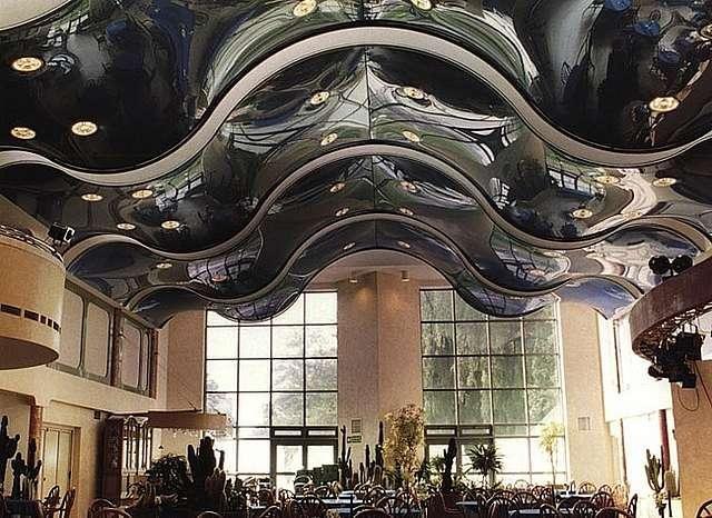 Фото: Волнистая поверхность потолка