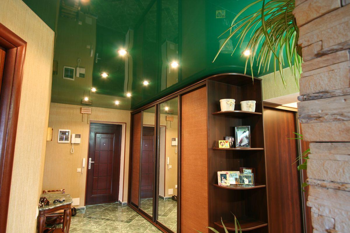 Фото: Зеленый потолок в прихожей