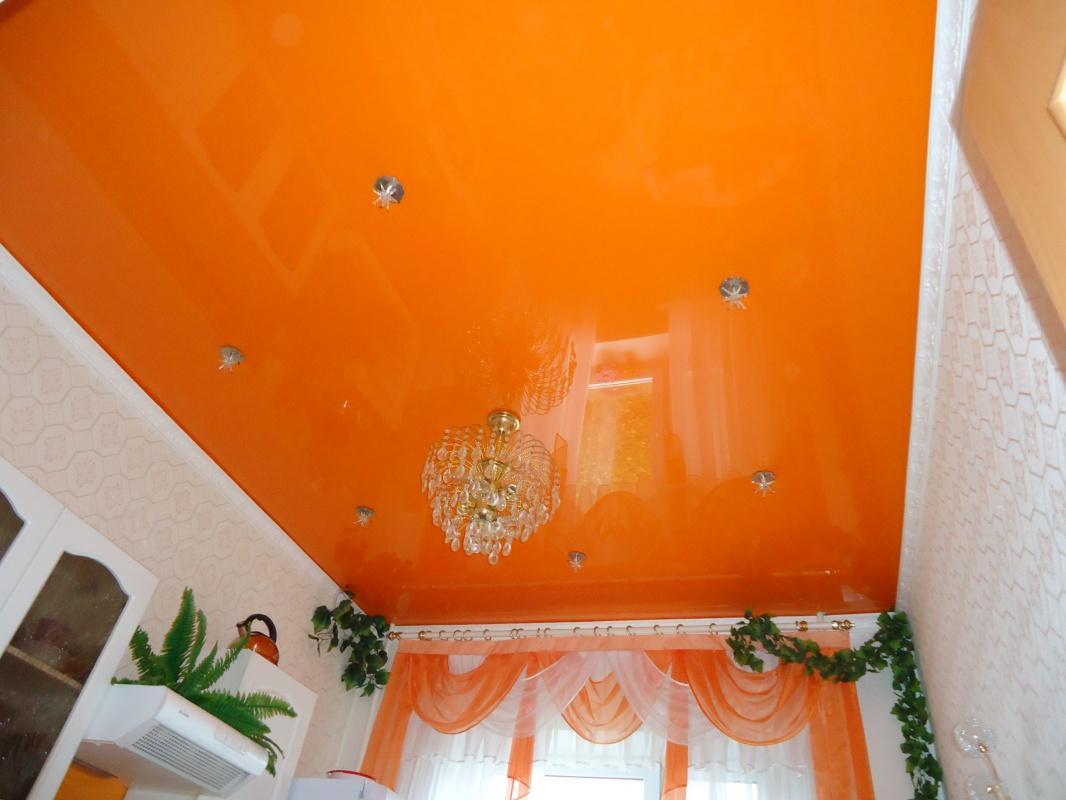 Оранжевый натяжной потолок — как правильно сочетать полотна апельсинового цвета?