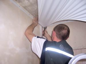 Крепление натяжного потолка — монтаж потолочного покрытия своими руками