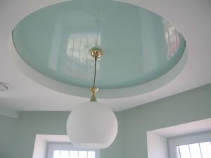 Установка люстры в натяжной потолок — как поменять лампу?