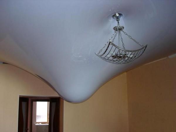 Фото: Наглядный пример того, как натяжной потолок выдерживает большой вес и не пропускает воду