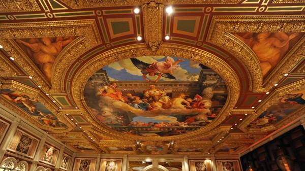 Фото: Вариант оформления потолка в зале