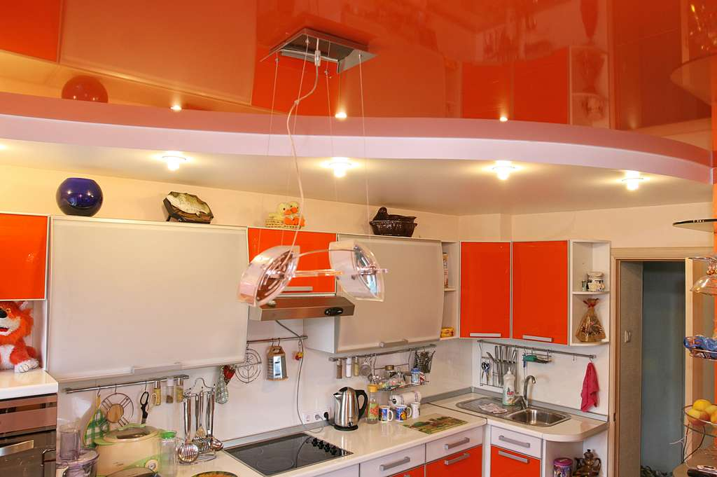 Фото: Дизайн кухни с оранжевым цветом