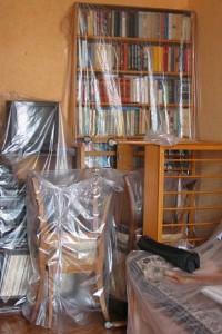 Фото: Необходимо покрыть мебель пленкой из полиэтилена