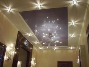Фото: Такой светильник будет уместен как в гостиной, так и в большой прихожей