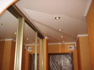 Натяжной потолок и шкаф-купе — как можно совместить?