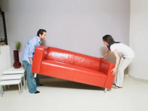 Фото: Из комнаты выносятся предметы интерьера