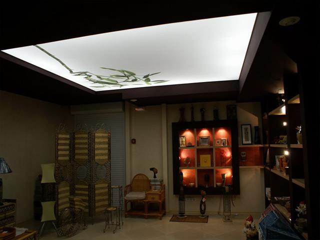 Фото: Полупрозрачный натяжной потолок