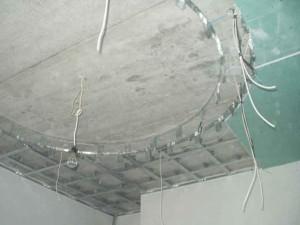 Фото: Проводка под натяжным потолком