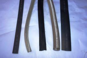 Фото: По деревянному потолку провода нужно прокладывать в металлической трубе