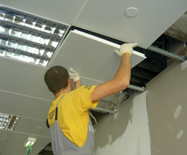Фото: Устройство подвесного потолка «Армстронг»