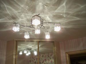 Фото: Лампа на натяжном потолке