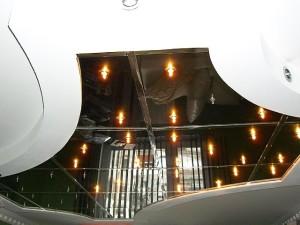 Фото: Поверхность состоящая из зеркальных плиток