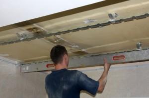 Демонтаж подвесного потолка: как снять конструкцию своими руками?