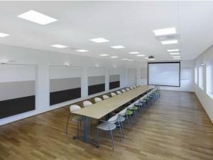 Фото: Устанавливают потолки и в конференц-залах